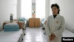 지난 2006년 북한 평양의 한 병원에서 간호사가 병실을 관리하고 있다.