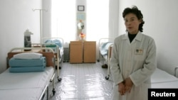 지난 2006년 북한 평양의 한 병원에서 간호사가 병실을 관리하고 있다. (자료사진)