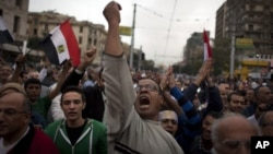 12月4日埃及抗议者在开罗总统府前呼喊反穆斯林兄弟会口号