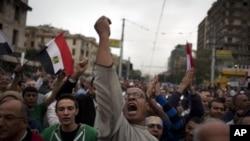 12月4日埃及抗议者在开罗总统府前呼喊反穆斯林兄弟会的口号