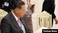 19일 청와대를 방문한 모리 요시로 전 일본 총리가 박근혜 대통령을 접견한 자리에서 아베 신조 일본 총리의 친서를 꺼내고 있다.