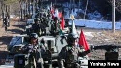 2일 한국 경기도 연천군 일대에서 육군 5사단 K-1 전차 장병이 훈련을 준비하고 있다. 이날 육군은 신년을 맞아 전면전을 대비한 격멸훈련을 펼쳤다.