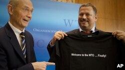 Generalni direktor STO-a Paskal Lami (L) i glavni pregovarač za članstvo Rusije Maksim Medvedkov