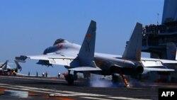 지난 4월 중국이 동중국해에서 실탄 실전훈련을 실시한 가운데, 중국 항모전단 랴오닝호 갑판 위에서 J15 전투기가 이륙하고 있다. (자료사진)