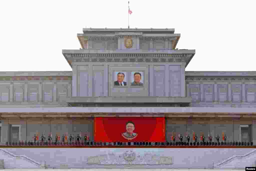 17일 북한 김정일 국방위원장 5주기 중앙추모대회가 평양에서 거행되었다고 관영 조선중앙통신이 전했다.