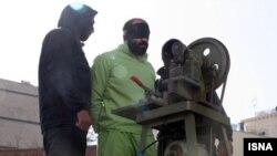 عکسی از مراسم اجرای حکم قطع انگشت یک سارق در شیراز در اردیبهشت ۹۵