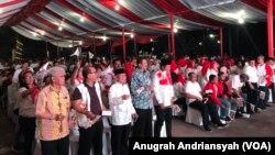 Para pendukung Jokowi-Ma'ruf Amin di Sumatera Utara yang hadir dalam nonton bareng debat Pilpres 2019 di Medan Club, Kamis (17/1) (foto: VOA/Anugrah Andriansyah)