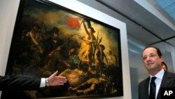 Tổng thống Pháp cạnh Bức tranh 'Tự Do lãnh đạo Nhân Dân' của họa sĩ Eugene Delacroix tại viện bảo tàng Louvre, ngày 4/12/2012.