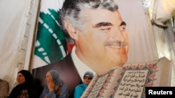 Phụ nữ ngồi bên lăng mộ của cựu Thủ tướng Libăng Rafik al-Hariri tại trung tâm thành phố Beirut.