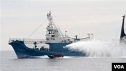 Kapal Penangkap Paus Jepang 'Yushin Maru No.3' menyemburkan air ke kapal milik aktivis anti-perburan paus 'Sea Shepherd Conservation Society'. Kegiatan Tahunan Jepang Berburu Paus diperkirakan membunuh 1.000 paus setiap tahunnya (foto:dok).