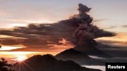 Gunung Agung terlihat mengeluarkan asap dan abu di Bali, Indonesia, 26 November 2017.