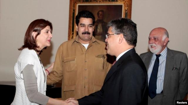 El vicepresidente Nicolás Maduro recibió a la Canciller de Colombia, María Ángela Holguín quien se desplazó a Caracas este viernes.