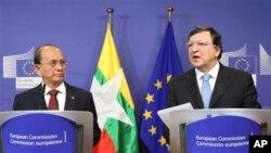 ျမန္မာသမၼတ ဦးသိန္းစိန္ နဲ႔ ဥေရာပေကာ္မရွင္ဥကၠဌ Jose Manuel Barroso တို႔ ဥေရာပမေကာ္မရွင္ဌာနခ်ဳပ္မွာ ေတြ႔ဆံုစဥ္ (၅ မတ္ ၂၀၁၃)