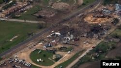 Foto udara lokasi pabrik pupuk di kota West, Texas yang meledak 17 April 2013 dan menewaskan 14 orang.