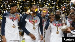 El equipo estadounidense de baloncesto celebra el triunfo en la final contra Serbia, en Madrid.