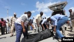 Ndugu wa waliouawa kwa makosa nchini Somalia wakichukua maiti.