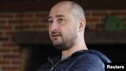 El periodista ruso Arkadi Babchenko fue encontrado baleado por la espalda en su casa de la perfieria de Kiev.