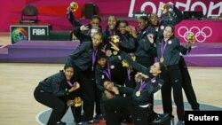 美國女子籃球隊戰勝法國贏得奧運金牌後合照