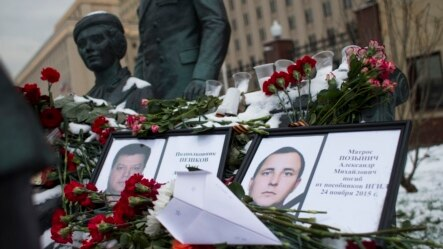 俄民众在莫斯科俄陆军总参谋部外纪念碑摆放鲜花
