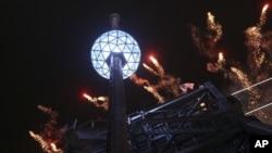 Kembang api dan bola kristal Waterford menghias New York dalam perayaan menyambut Tahun Baru 2013 di Times Square, 31 Desember 2013. (AP Photo/Mary Altaffer)