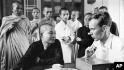 Phóng viên Malcolm Browne phỏng vấn hòa thượng Quảng Liên, phát ngôn viên chính của chùa Xá Lợi, ngày 27/6/1963.