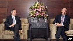 美国财长盖特纳(左)和中国副总理王岐山在南京