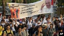 Durante su visita por Latinoamérica cientos de personas participaron de marchas, vigilias y peregrinaciones para honrar al Sumo Pontífice. Antes de llegar a EE.UU. y Cuba el papa visitó Ecuador, Bolivia y Paraguay.