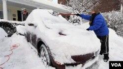 Muchos estadounidenses comenzaron la mañana tratando de liberar a sus automóviles de la nieve.