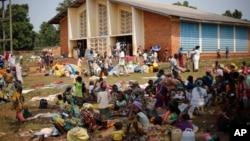 Des réfugiés musulmans devant une église à Boali en République Centrafricaine le 9 février 2014.