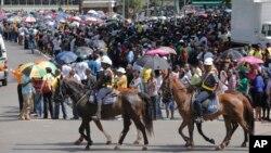 Hàng ngàn người xếp hàng dài chờ đợi để được viếng linh cữu ông Mandela lần cuối tại Pretoria, ngày 11/12/2012