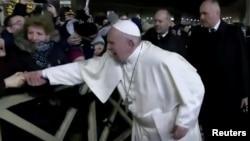 Невідома жінка раптово потягла руку Папи Франциска, коли він обходив прочан у Ватикані 31 грудня 2019 р.