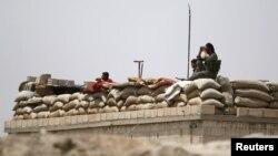 ARSIP - Para pejuang Pasukan Demokrasi Suriah mengambil posisi pengamatan diprovinsi Raqqa, bagian utara Suriah (27/5). (foto: REUTERS/Rodi Said)