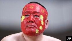 一名将中国国旗涂画在脸上的球迷(资料照片)