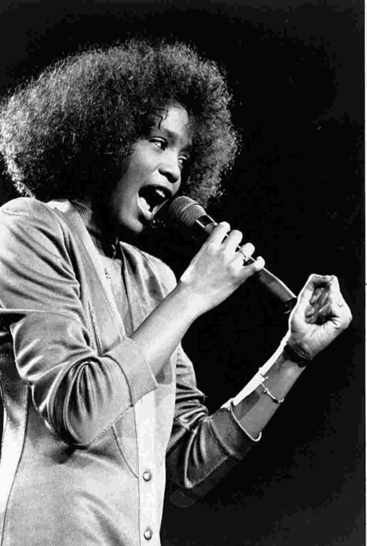 Hoston se presenta en un concierto en el Boston Garden en 1986. La cantante falleció el 11 de febrero de 2012, a sus 48 años de edad.