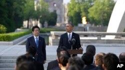 លោកប្រធានាធិបតី បារ៉ាក់ អូបាម៉ា ថ្លែងនៅក្បែរលោក Shinzo Abe នាយករដ្ឋមន្រ្តីជប៉ុន នៅវិមានគោរពវិញ្ញាណក្ខន្ធ Hiroshima Peace Memorial Park នៅក្នុងក្រុង Hiroshima ប្រទេសជប៉ុន កាលពីថ្ងៃទី២៧ ខែឧសភា ឆ្នាំ២០១៦។