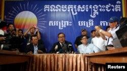 Sam Rainsy (tengah), pemimpin partai oposisi CNRP (Cambodia National Rescue Party) memberikan sambutannya di kantor pusat CNRP, Phnom Penh (29/7). Partai oposisi utama Kamboja ini menolak hasil pemilu nasional Kamboja yang menyatakan kemenangan partai PM Kambja, Hun Sen.