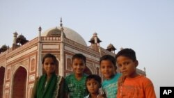 印度小朋友對外國遊客十分好奇,背景為德里名勝胡馬雍陵墓