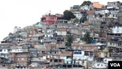 مناطق زاغه نشین ریو عمدتا تحت کنترل قاچاقچیان مسلح مواد مخدر است.