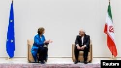 2013年10月15日,欧盟外交政策负责人阿什顿(左)与伊朗外长扎利夫(右)在日内瓦进行会谈。
