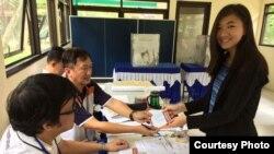 Olivia Tjahyadi, pemilih pemula di Tangerang Selatan memberikan suaranya dalam pemilihan kepala daerah Banten (15/2). (Foto: Istimewa)