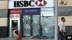 ຄະນະສືບສວນຂອງ ສະພາສູງສະຫະລັດ ພົບເຫັນວ່າ ການຄວບຄຸມທີ່ບໍ່ຄ່ອຍດີຂອງທະນາຄານ HSBC ອໍານວຍໃຫ້ ພວກຄ້າຢາເສບຕິດແລະ ກຸ່ມອາຊະຍາກໍາ ຟອກເງິນຫລາຍພັນລ້ານໂດລາ.