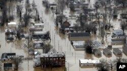30일 미국 미주리 주 퍼시픽 시의 주택과 건물들이 홍수로 침수된 모습.