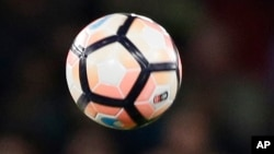 Un ballon de football lors d'un matche en Angleterre, le 13 mars 2017.