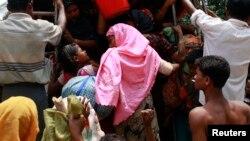 5月17日﹐緬甸羅興亞難民登上一部接載他們到難民營的大巴士。