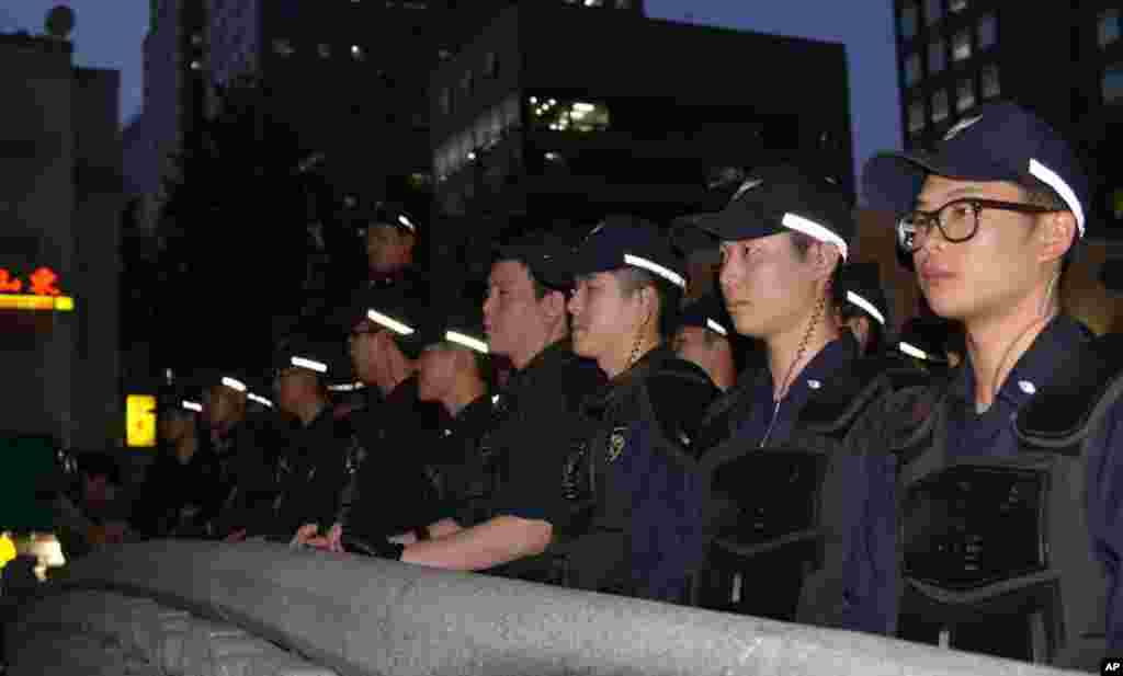 Police observe the rally from a pedestrian bridge above Cheonggye Stream. (S. Herman/VOA)