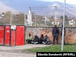 Migranti i izbjeglice ispred Đačko doma, Bihać, 26. oktobar 2018.