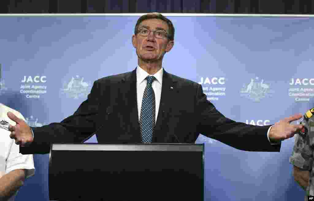Koordinator kepala Pusat Koordinasi Lembaga Gabungan Angus Houston dalam jumpa pers mengenai pencarian pesawat Malaysia Airlines yang hilang di Perth, Australia (14/4). (AP/Rob Griffith)