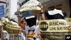 Pekerja migran Indonesia melakukan protes di depan Konjen Indonesia di Hong Kong (foto:dok)