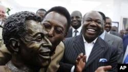 Le président Ali Bongo Ondimba du Gabon. à droite, regarde la légende du football brésilien Pelé embrasser sa statue lors de son inauguration au Stade De L'Amitie Stadium à Libreville, Gabon, 9 février 2012.