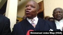 Maitre Monthé; ancien bâtonnier barreau du Cameroun s'adresse à la presse et aux avocats au Tribunal Militaire de Yaoundé, Cameroun, 2 février 2017. (VOA/Emmanuel Jules Ntap)